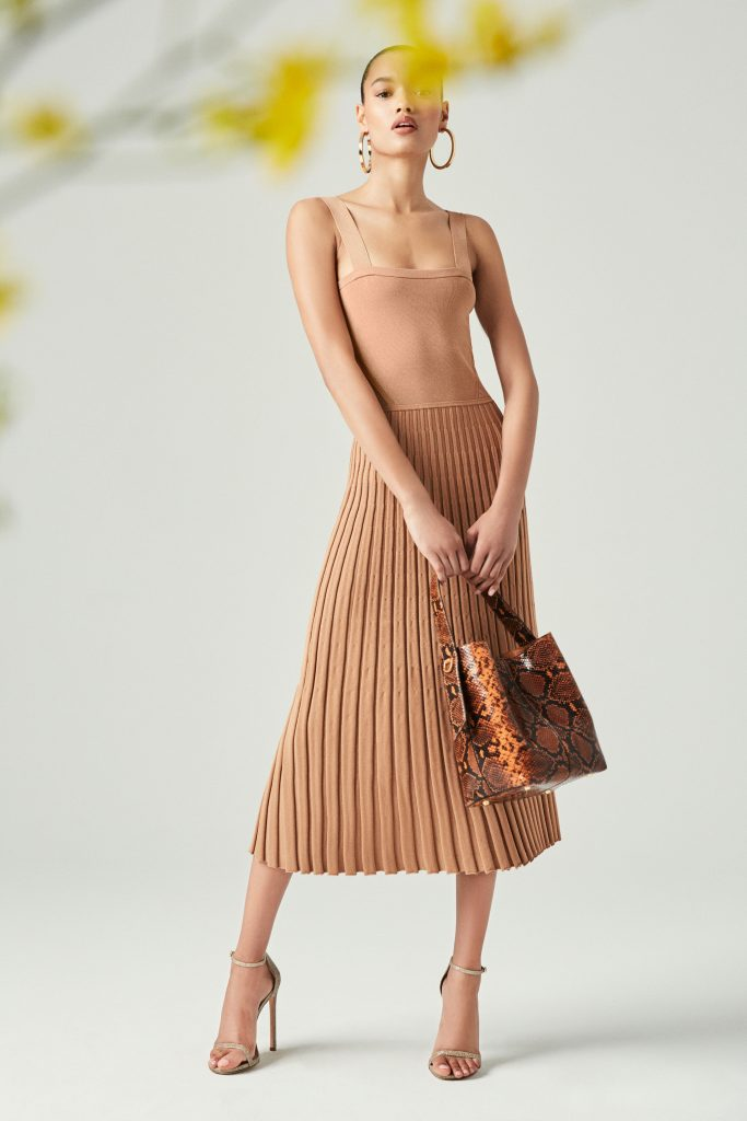 Cushnie Resort 2020 | Beige dress snake print orange bag